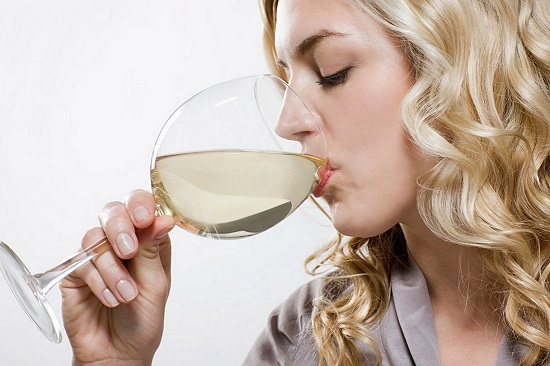 Woman-drinking-alcohol